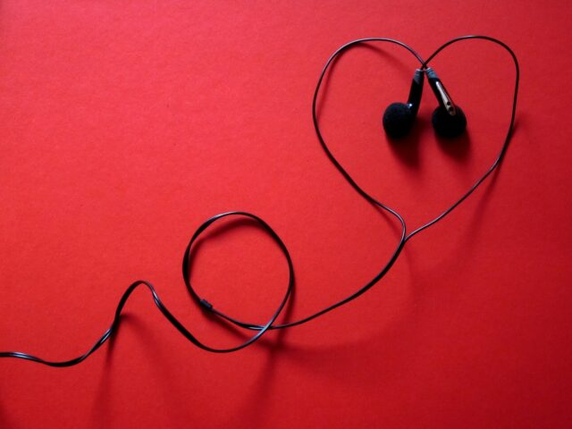 Following are the best cheap headphones that cost less than 200 dollars you can get in 2021
